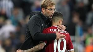 Jürgen Klopp abraza a Coutinho. El Liverpool recibe al Manchester United.