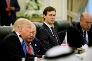 Kushner, en el centro, junto a Trump durante una reunión en Riad, el pasado 20 de mayo.