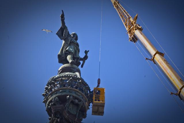 Los bomberos de Barcelona rescatan a unos turistas atrapados en la estatua de Colón.