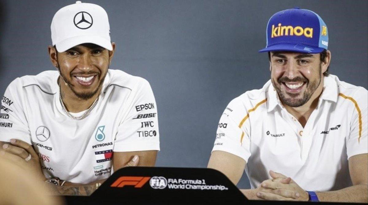 Lewis Hamilton y Fernando Alonso, sonrientes en una conferencia de prensa del 2018.