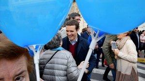 El líder del PP, Pablo Casado, este martes en un paseo electoral en Adra (Almería).
