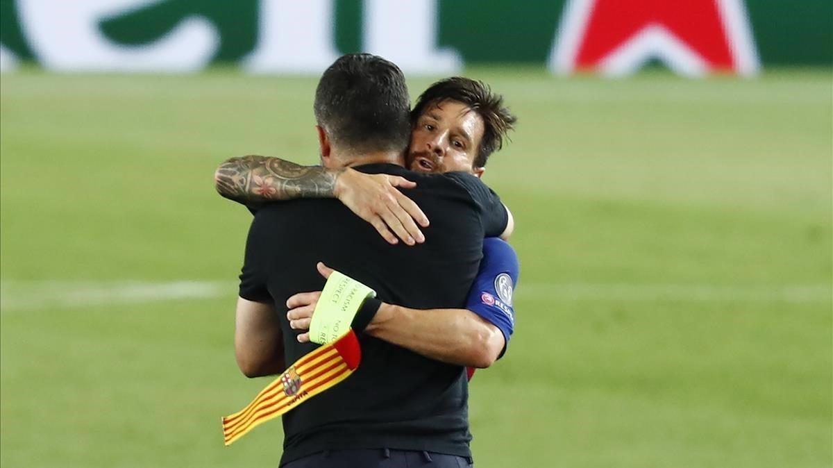 Lionel Messi abrazado con Gennaro Gattuso, el entrenador del Nápoles, al final del partido de vuelta de los octavos en el Camp Nou.