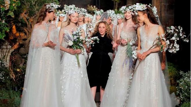 La diseñadora Reem Acra, rodeada de sus novias al final del desfile.