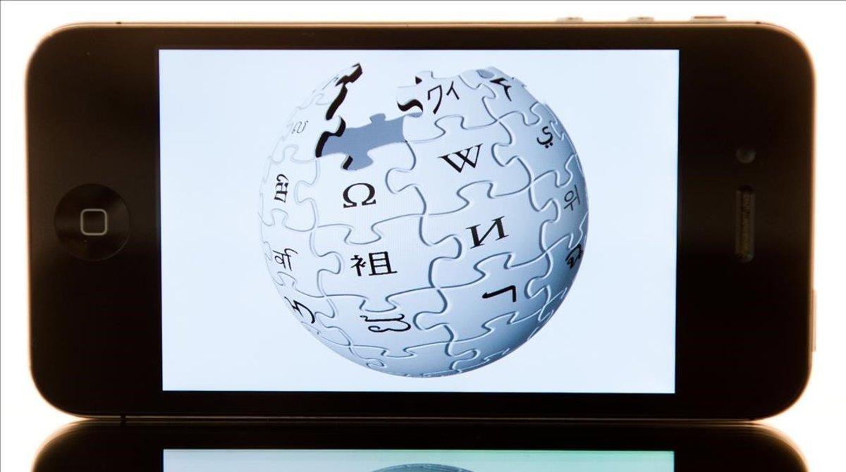 El logotipo de Wikipedia en un teléfono.