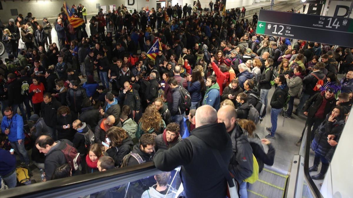 Los huelguistas han conseguido cortar las vías del AVEen la estación de Girona.