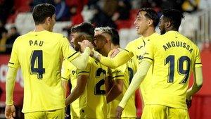 Los jugadores del Villarreal celebran el primer gol al Girona