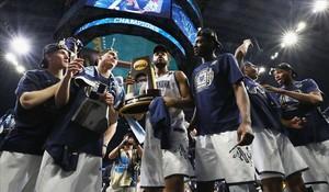 Los jugadores de los Wildcats de Villanova posan con el trofeo tras vencer a Michigan