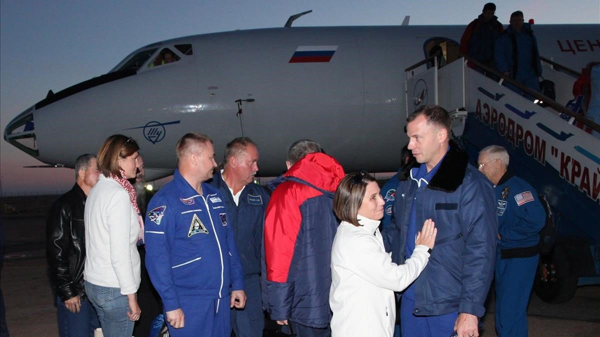 Los tripulantes de la Soyuz, a su llegada a Baikonur.