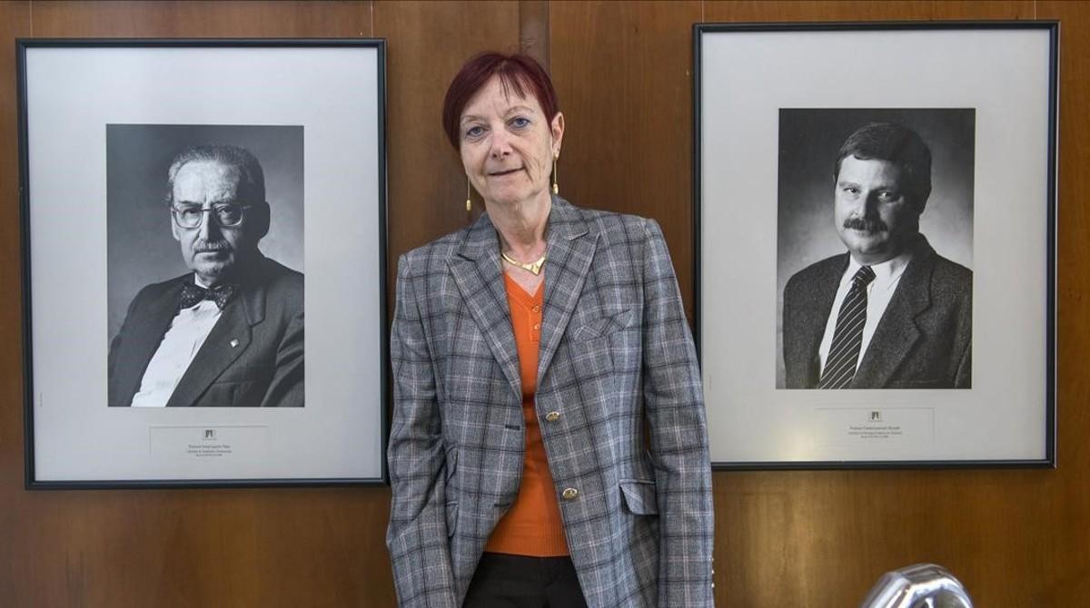 La rectora de la Universidad Autónoma de Barcelona (UAB), Margarita Arboix, posa junto a la imagen de dos de sus predecesores, poco después de su elección.