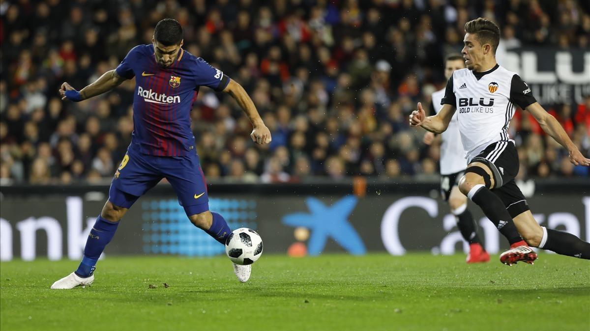 Luis Suárez desmontó la defensa valencianista con dos destellos.