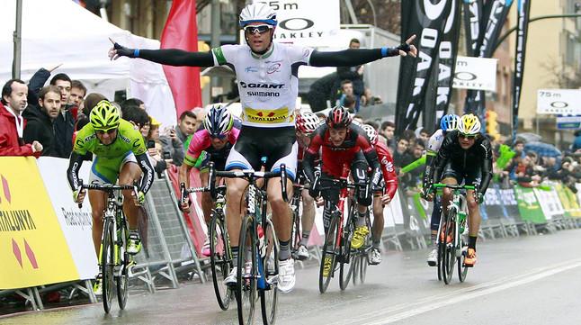 Luka Mezgec, del Giant Shimano, travessa la meta de la segona etapa de la Volta, a Girona.