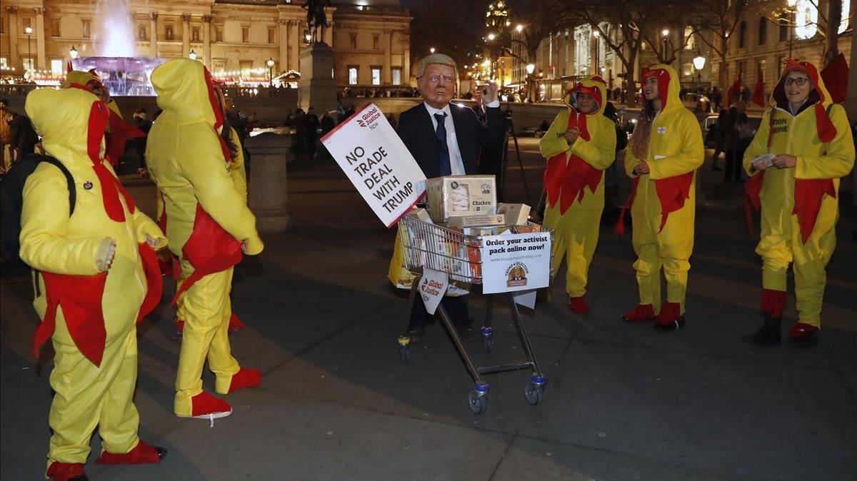Manifestantes contra la cumbre de la OTAN y la visita del presidente de Estados Unidos, Donald Trump, este martes en Londres.