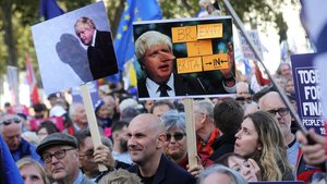 Manifestantes contrarios al 'brexit' marchan, este sábado, por las calles del centro de Londres.