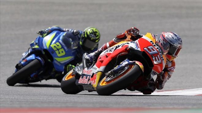Marc Márquez, seguido por Iannone en los primeros compases de la carrera.