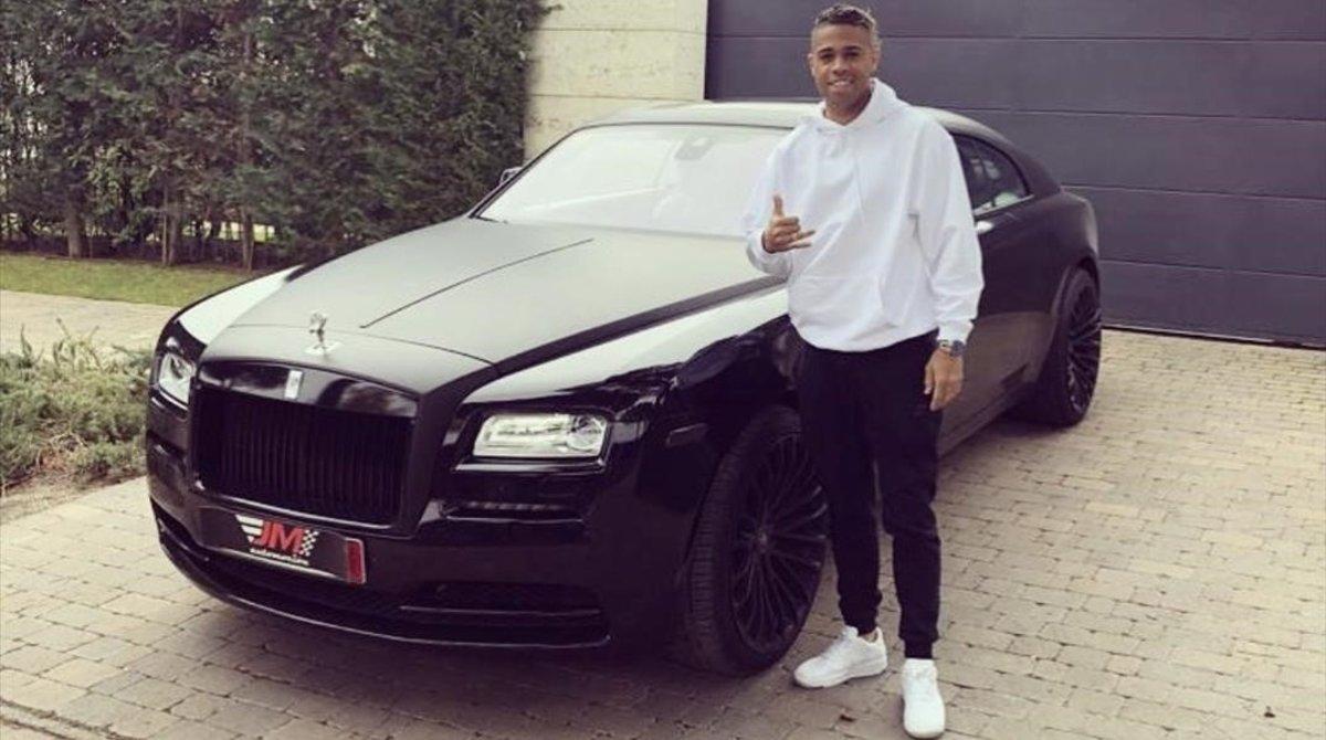 Mariano posa con su Rolls Royce 'Wraith', en una foto difundida por la empresa que se lo ha vendido JM Automoción.