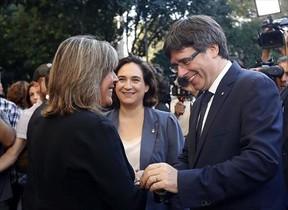 Marín saluda a Puigdemont, ante Colau, ayer.