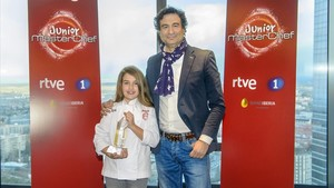 Esther Requena, junto a uno de losjurados de 'Masterchef junior', Pepe Rodríguez.