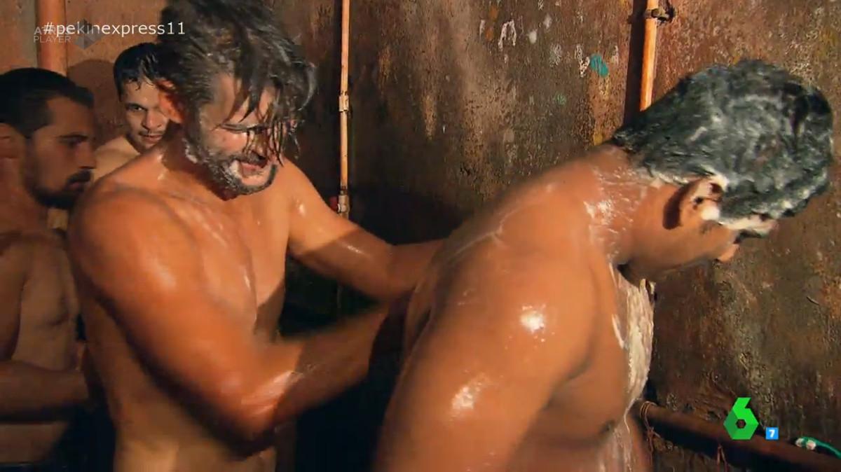 El momento hot (y cómico) de la noche llegó de la mano de Matías. El concursante más friki del concurso enjabonó semidesnudo la espalda de uno de los luchadores en las precarias duchas que tuvo que compartir junto a Giorgi.