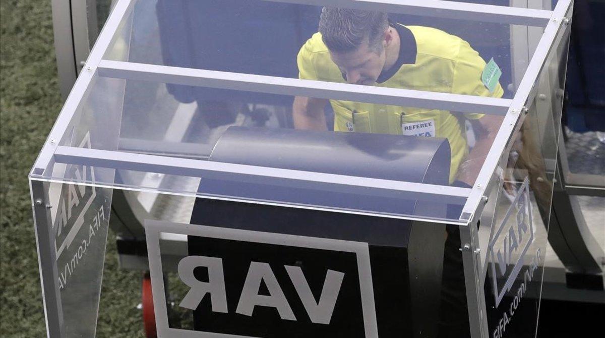 El neozelandés mira las imágenes de vídeo durante el Nigeria-Islandia del Mundial de Rusia-2018 jugado en Volvogrado.