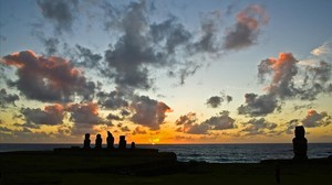 Atardecer con vistas alos moai de Hanga Roa,la capital de la Isla de Pascua.