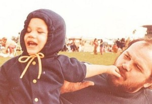 Meghan Markle, de niña, con su padre, Thomas Markle.