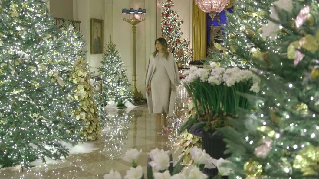 Melania Trump pasea admirando la decoración navideña de este año de la Casa Blanca.