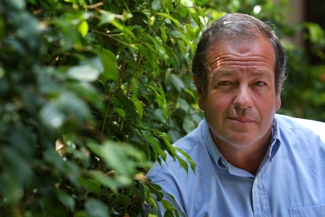 El político y escritor en unos jardines de Barcelonaen 2005.