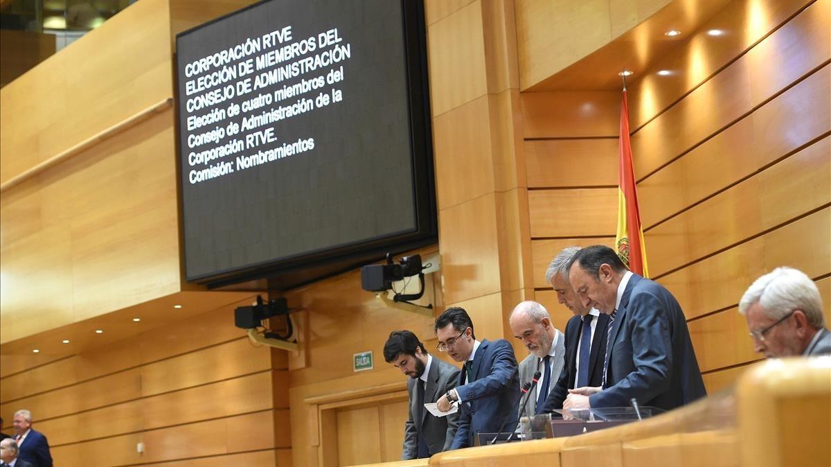 La Mesa del Senado, durante el recuento de votos para la renovación del Consejo de Administración de RTVE.