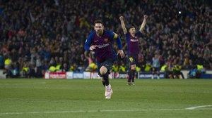 Messi corre enloquecido tras marcar el 3-0 al Liverpool y Lenglet, al fondo, también lo celebra.