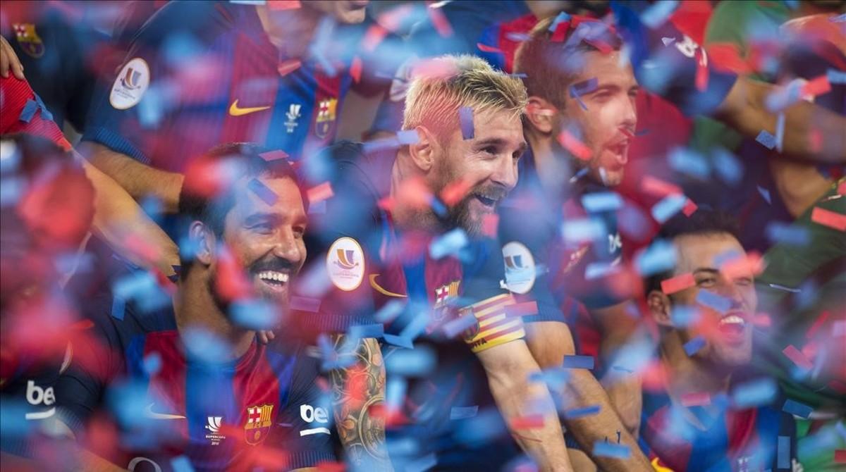 Messi festeja la Supercopa de España en el Camp Nou.