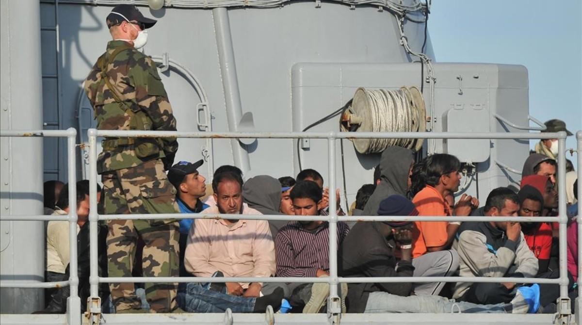 Migrantes en la cubierta de un barco militar francés, a su llegada al puerto de Crotone, en el sur de Italia, tras una operación de rescate de la misión conjunta Tritón, el 3 de mayo del 2015.