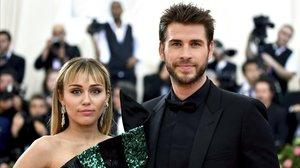 Miley Cyrus yLiam Hemsworth posan en el 'photocall' de la gala solidaria delMetropolitan Museum of Art s Costume, el pasado mayo en Nueva York.