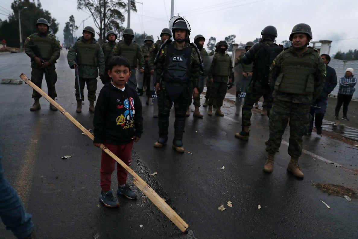 Las protestas sociales contra la eliminación del subsidio a los combustibles ha movilizado a decenas de militares para controlar las manifestaciones.