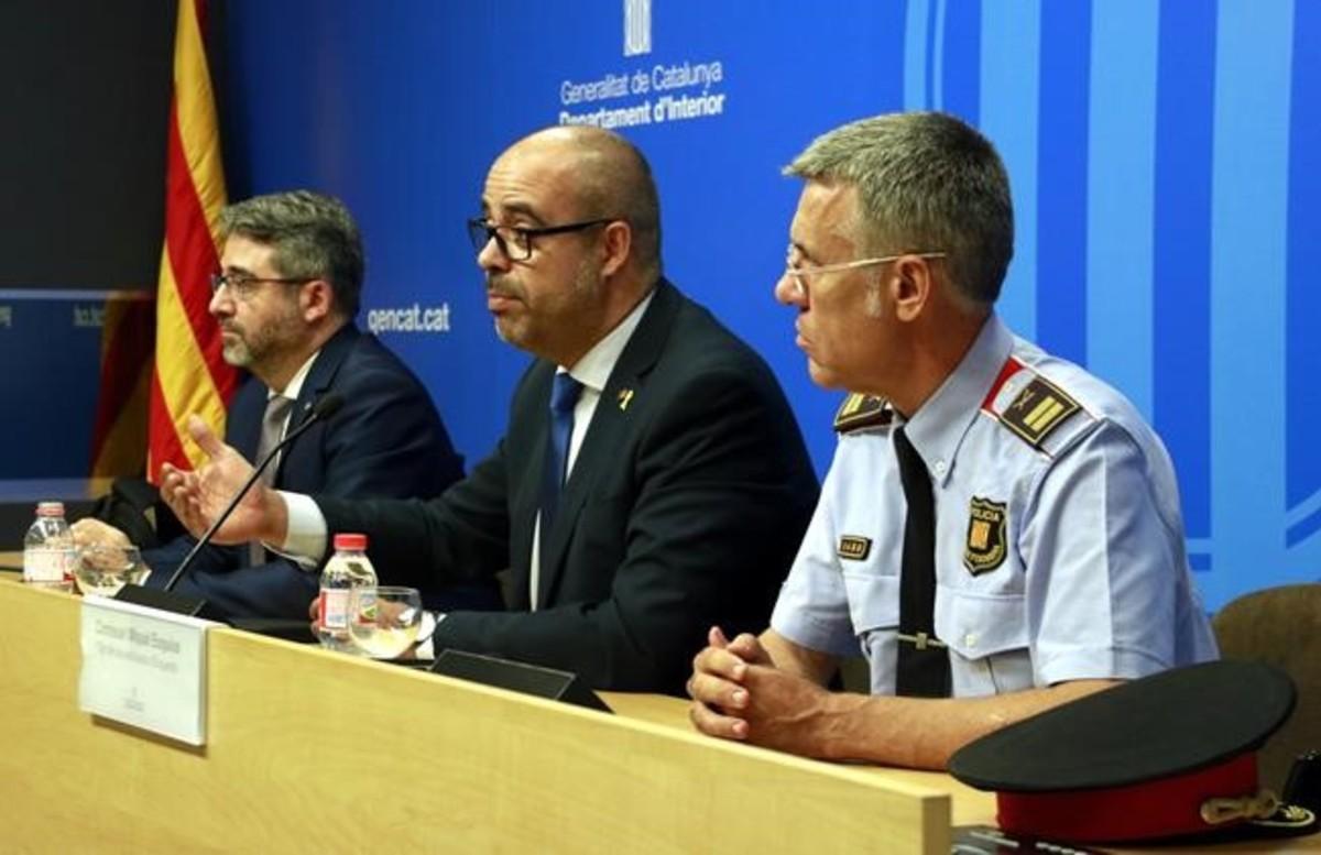 Miquel Buch con el director y el jefe de los Mossos, Andreu Martínez y Miquel Esquius.