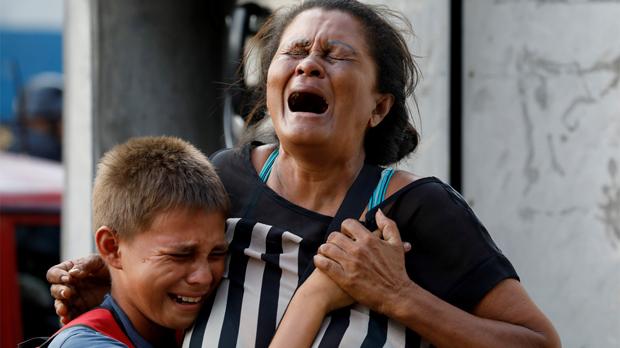Familiars dun dels detinguts morts alincendi de la comissaria de Carabobo.