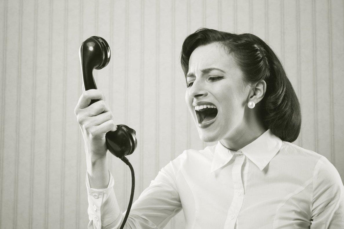 Una mujer grita al teléfono.