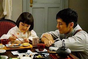 El chef que prepara el banquete prueba los platos con su hija.