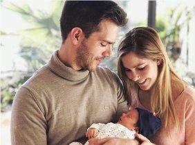 Natalia Sánchez y Marc Clotet comparten la primera foto de familia con su hija.