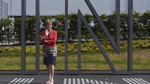 Nicola Sturgeon, de pie, en un evento a favor de la UE, en el aeropuerto de Edimburgo, el 22 de junio.