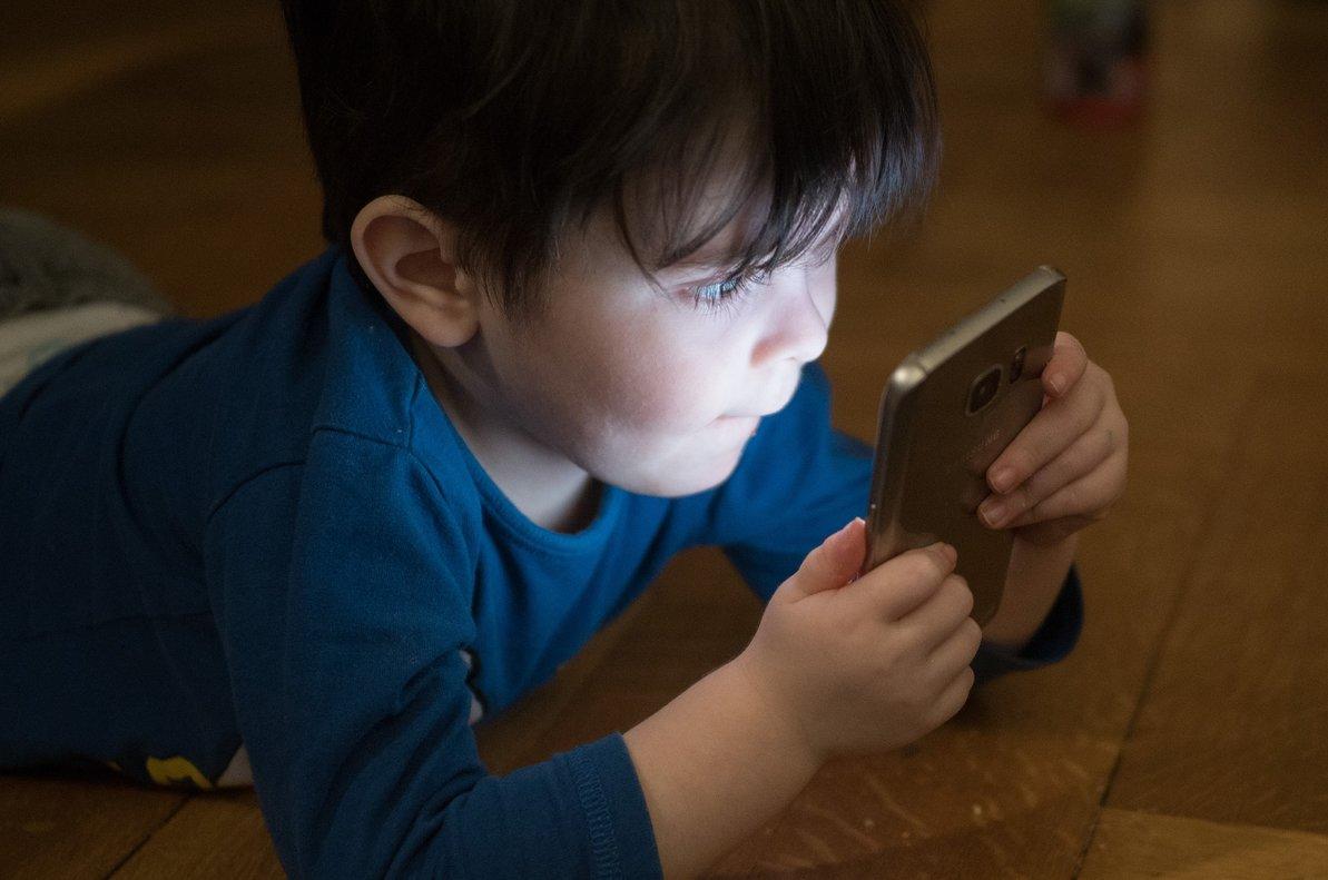 """El relato que alerta del peligro de los smartphones en manos de niños: """"Les damos móviles como si fueran galletas"""""""