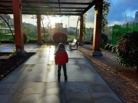Un niño de cuatro años pasea por un parque de Madrid.