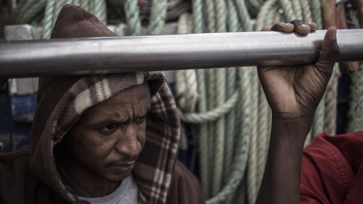 Un migrante a bordo del 'Nuestra Madre de Loreto', este sábado.