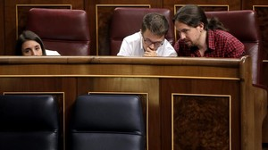 Pablo Iglesias e Íñigo Errejón conversan durante el pleno del Congreso.