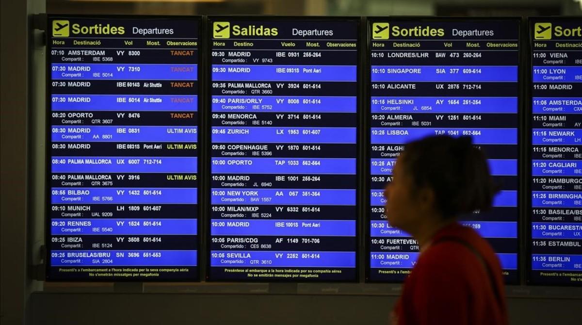 Panel de vuelos de El Prat, a finales de abril pasado, un día de huelga de pilotos de Vueling.