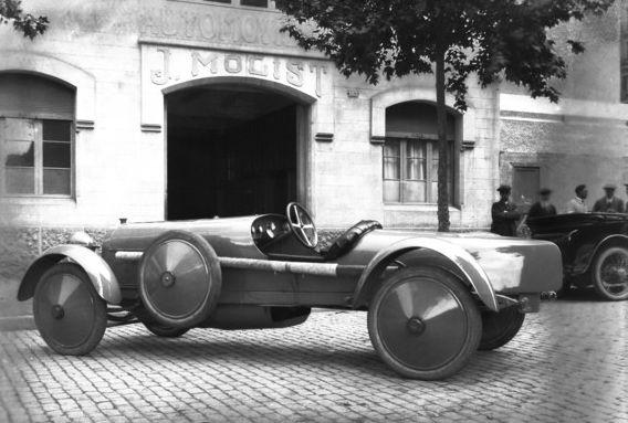 El Elizalde Super 20 de 1917 carrozado por lafamilia Molist, frente al taller de la empresa, en la calle de Rosselló.