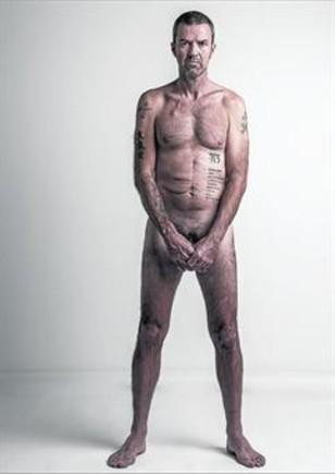 Pau Donés, posando tal cual él mismo pidió: desnudo y mostrando sus cicatrices.