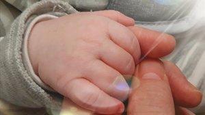 Paula Panadero coge la mano de su hijo Leo, que nació minutos después de que se decretara el estado de alarma.