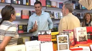 Pedro Sánchez, este jueves en la Feria del Libro de Madrid.
