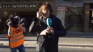 El periodista Cake Minuesa, después de la agresión.