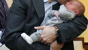 Un hombre con su hijo, disfrutando de un permiso de paternidad.